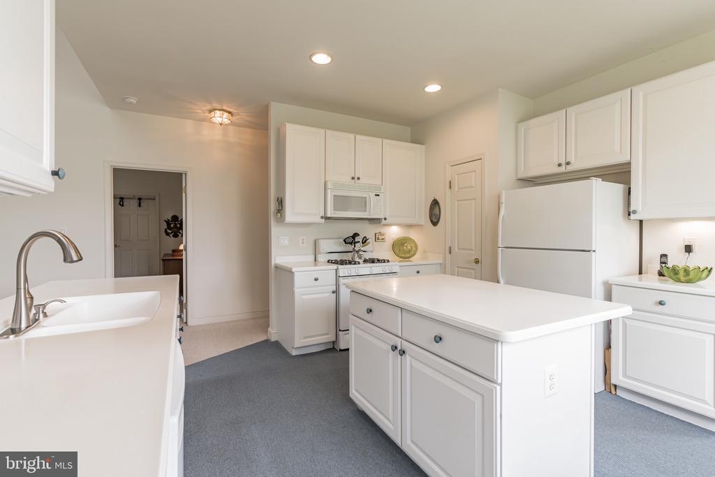 Prep island in kitchen - 13843 CRABTREE WAY, GAINESVILLE
