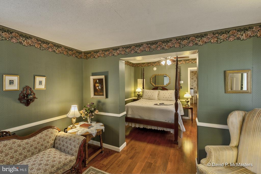 Beautifully decorated  Apart from it all - 417 E WASHINGTON ST, CHARLES TOWN