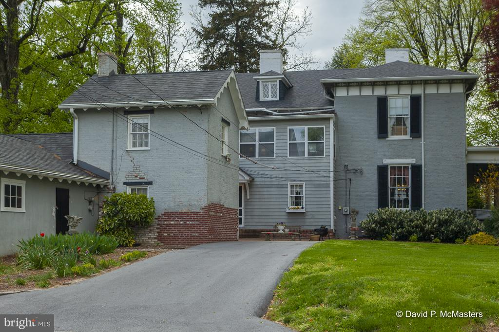 Separate Carriage House to the left - 417 E WASHINGTON ST, CHARLES TOWN
