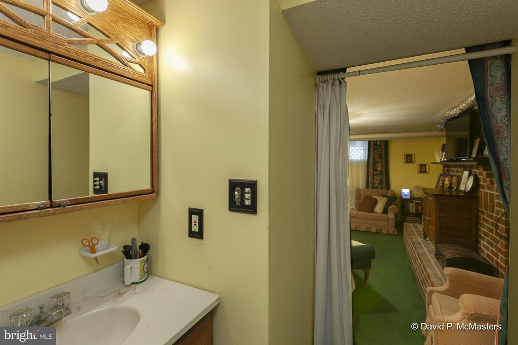 Private bath - 417 E WASHINGTON ST, CHARLES TOWN