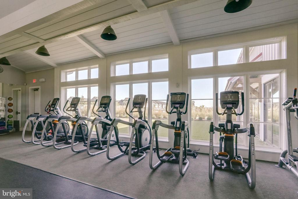 Fitness Barn: workout with a view - 2094 TWIN SIX LN, DUMFRIES