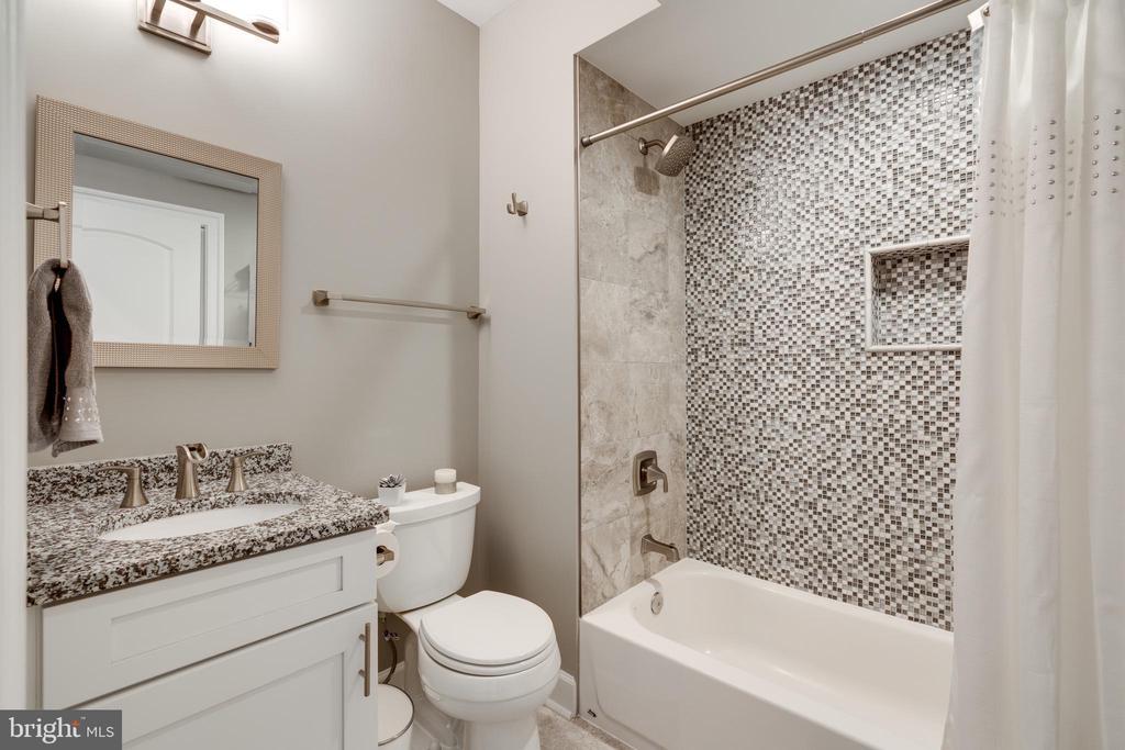 Full bath w/beautiful custom tilework - 2094 TWIN SIX LN, DUMFRIES