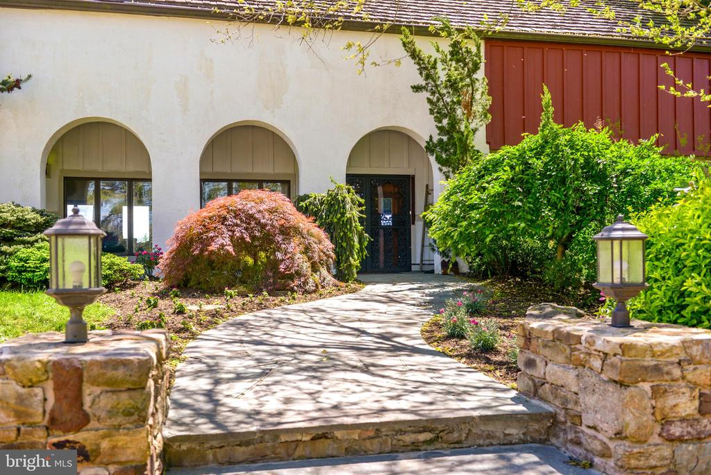 Tuscany vibe at this unique home - 11024 OLD FREDERICK RD, THURMONT