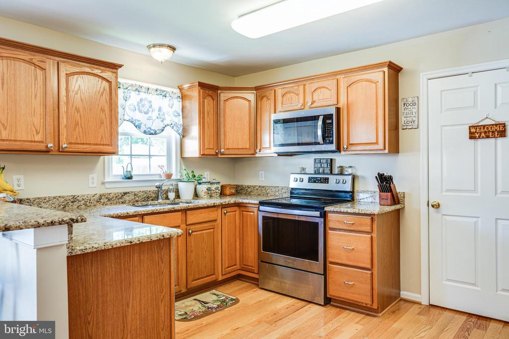 Laundry room adjoins kitchen - 301 BURR DR, RUTHER GLEN