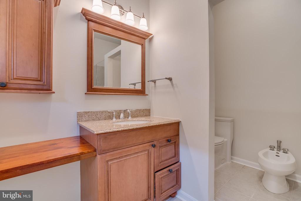 Bedroom main level Full bath 2 - 916 N CLEVELAND ST, ARLINGTON
