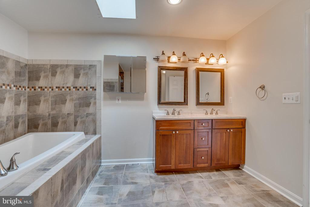 master bath 2 - 916 N CLEVELAND ST, ARLINGTON