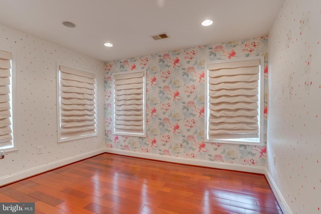 Nursery room - 916 N CLEVELAND ST, ARLINGTON