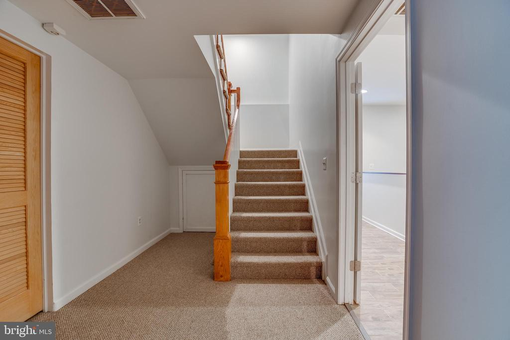 lower staircase - 916 N CLEVELAND ST, ARLINGTON