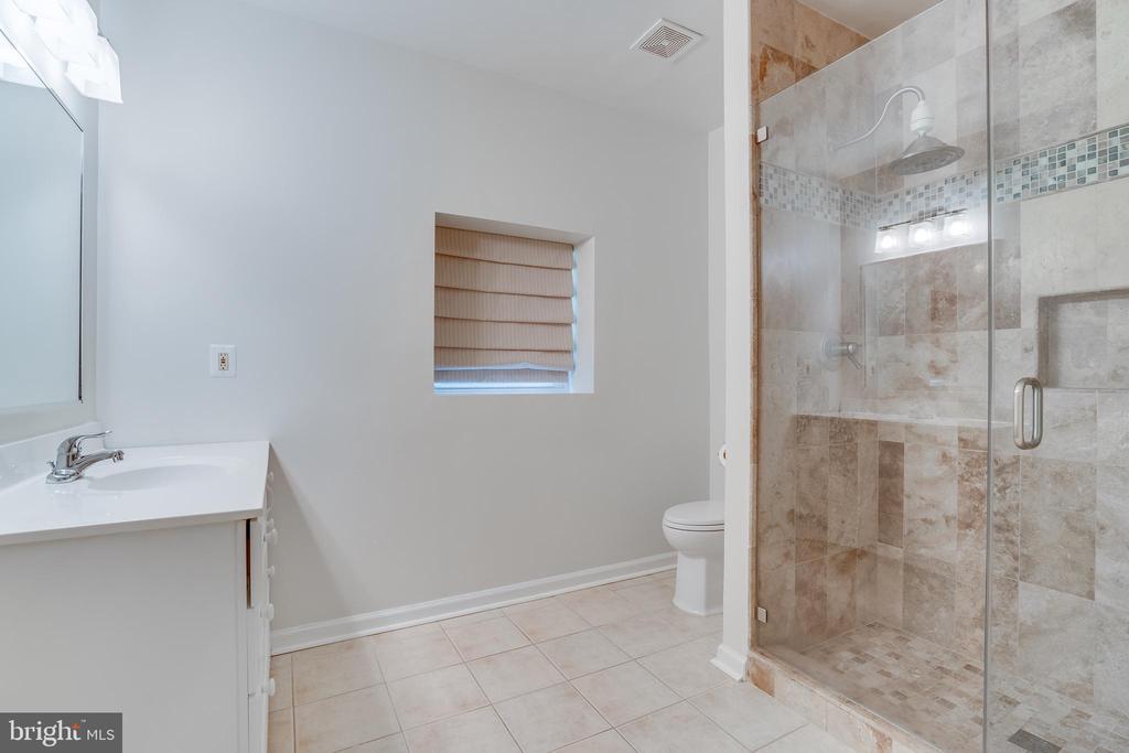 Full bath basement - 916 N CLEVELAND ST, ARLINGTON