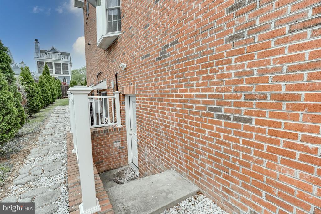 Rear entrance to basement - 916 N CLEVELAND ST, ARLINGTON