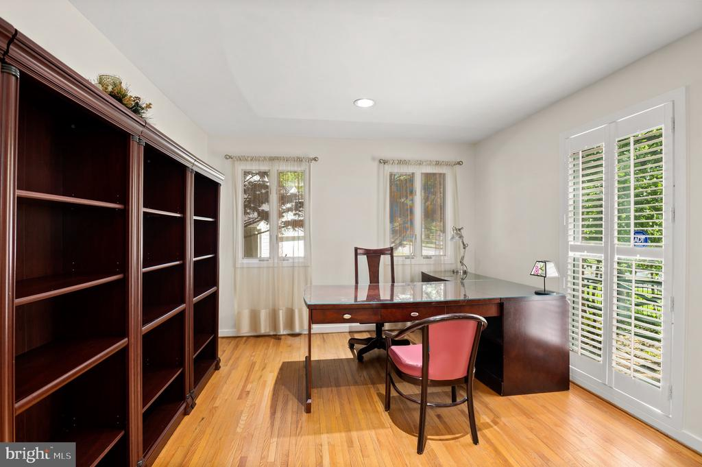 Library - 8001 THORNLEY CT, BETHESDA