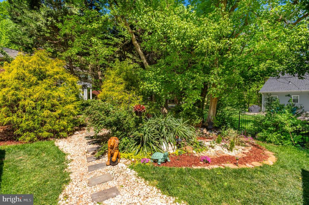 Grounds - 8001 THORNLEY CT, BETHESDA