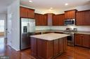 Eat-in-kitchen with HW floors & granite counters - 42740 OGILVIE SQ, ASHBURN