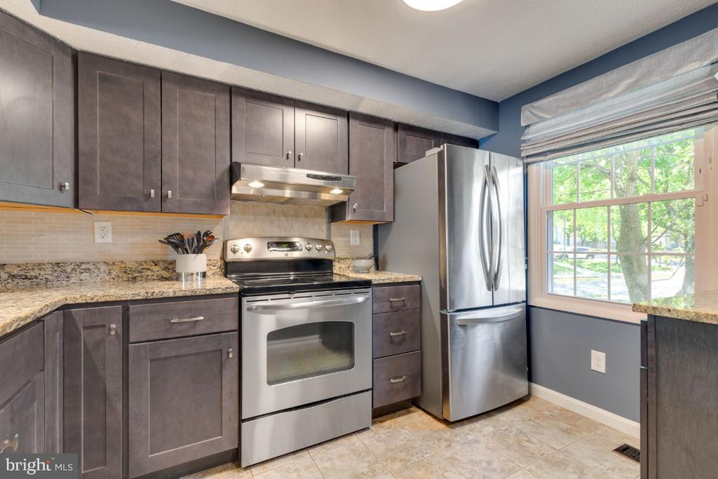 Updated kitchen with stainless-steel appliances - 12110 PURPLE SAGE CT, RESTON