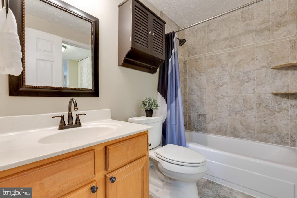 Full bath for primary bedroom with hall access - 12110 PURPLE SAGE CT, RESTON