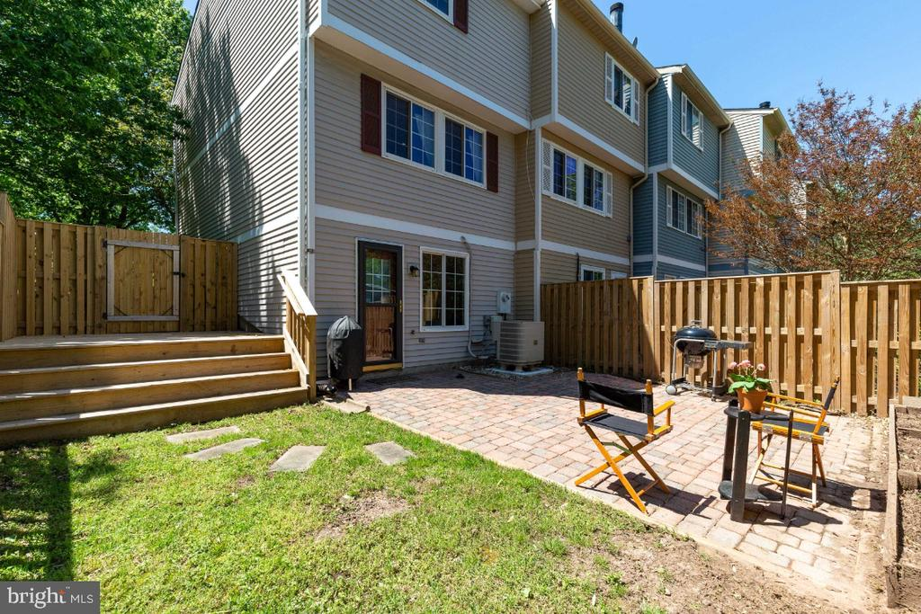 End-unit allows for a large side-yard bump out - 12110 PURPLE SAGE CT, RESTON