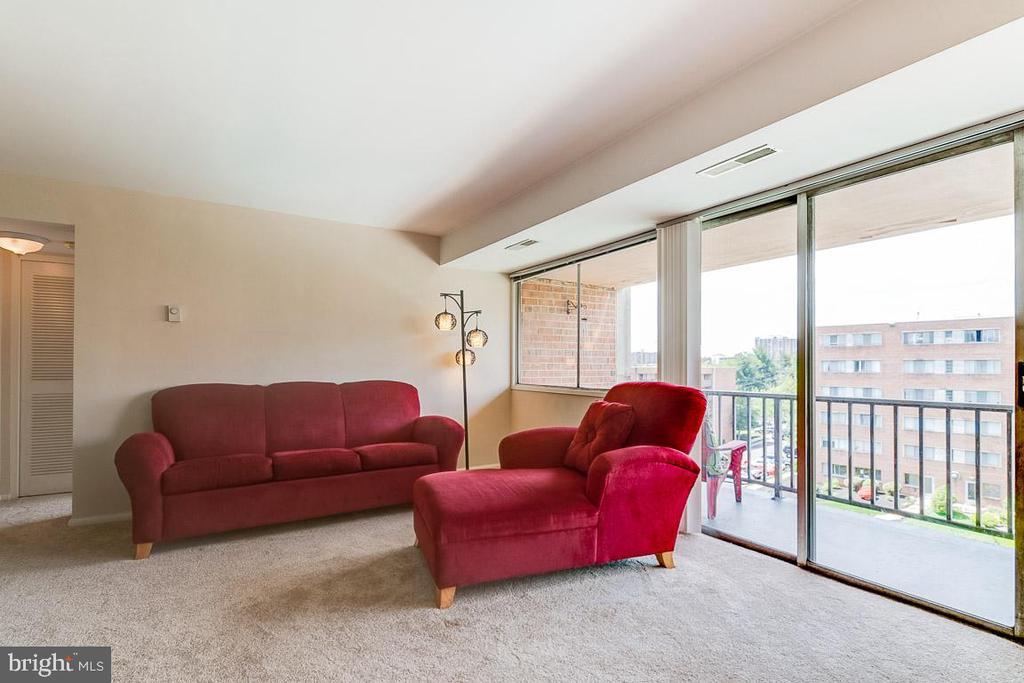 Living room with lots of light! - 431 N ARMISTEAD ST #607, ALEXANDRIA