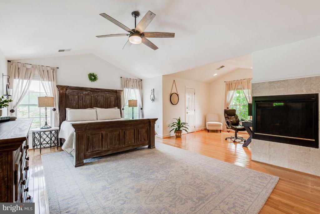 Spacious master bedroom with gas fireplace - 42308 GREEN MEADOW LN, LEESBURG