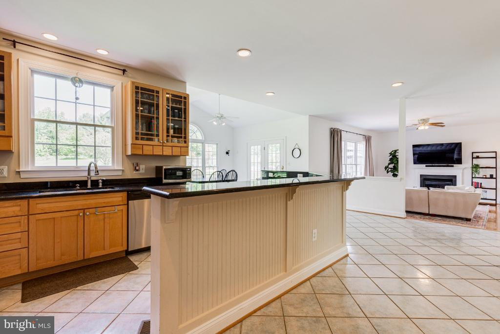 Large chef's kitchen with granite counters - 42308 GREEN MEADOW LN, LEESBURG