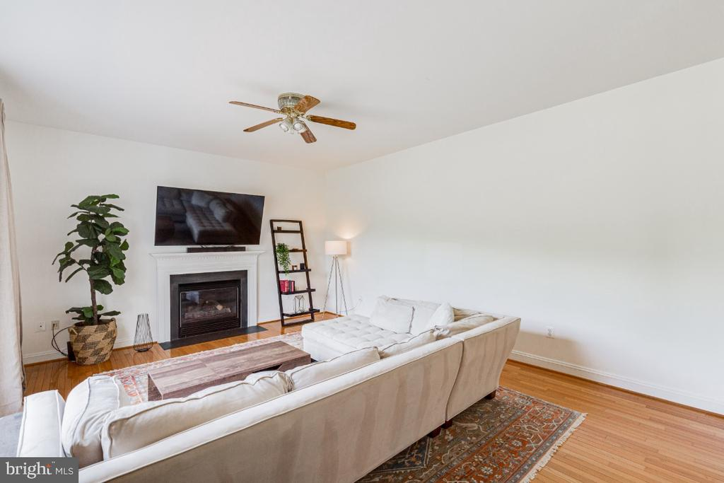 Large family room with gas fireplace - 42308 GREEN MEADOW LN, LEESBURG