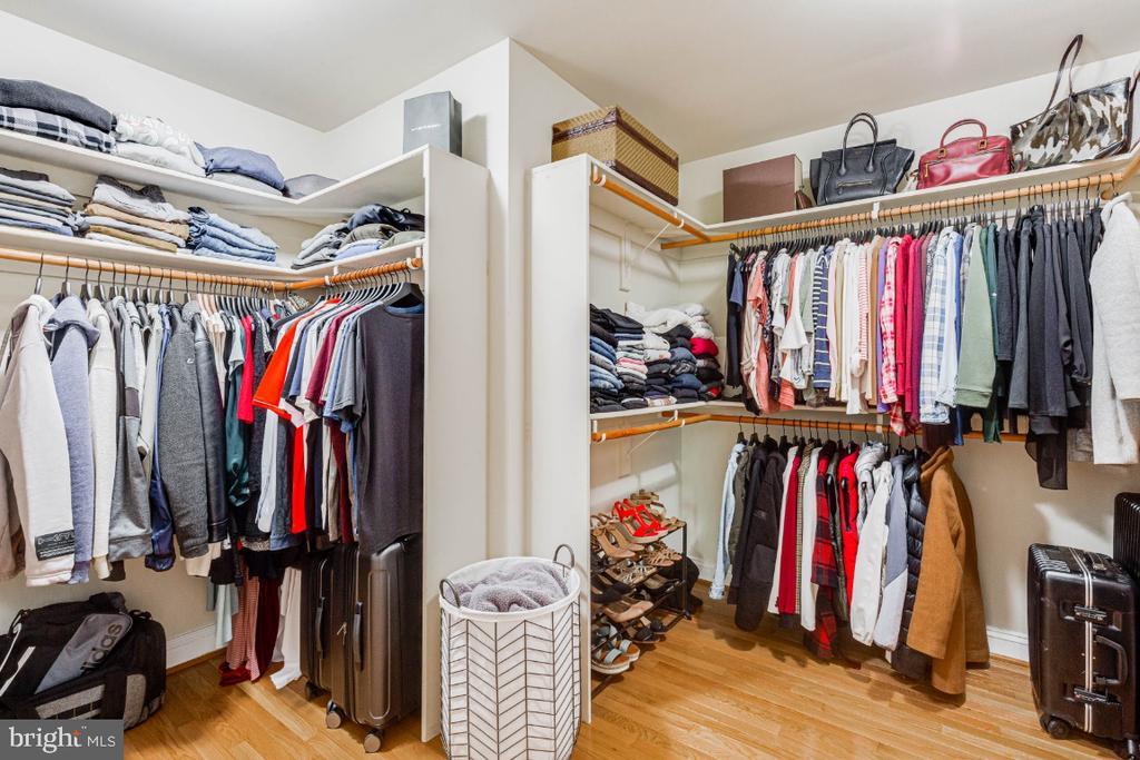 Large master closet - 42308 GREEN MEADOW LN, LEESBURG