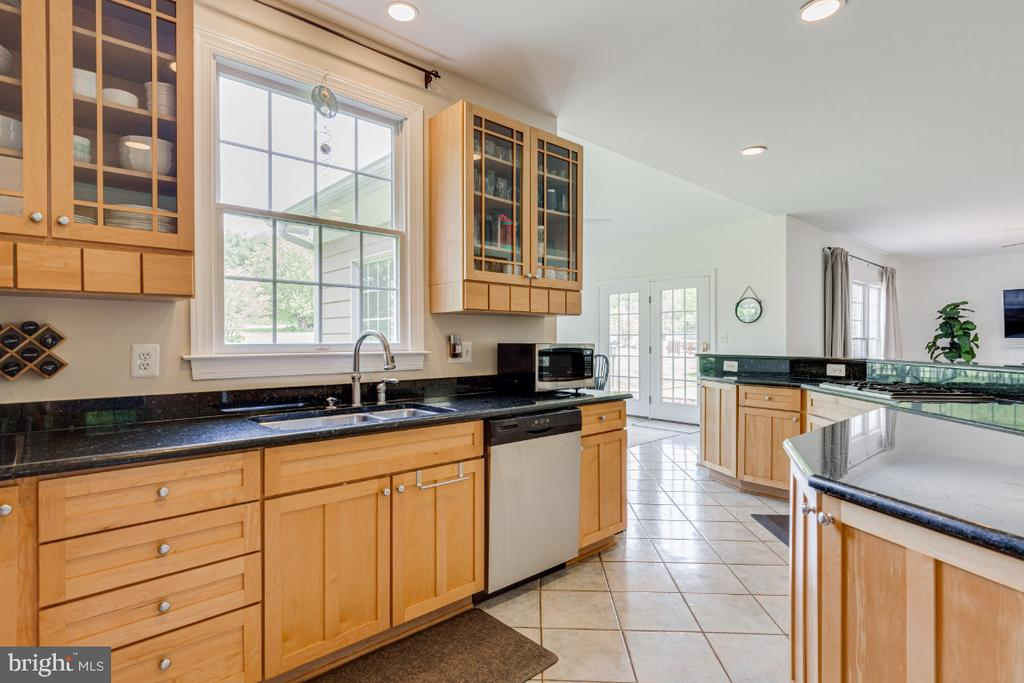 Beautiful upgraded cabinets in kitchen - 42308 GREEN MEADOW LN, LEESBURG