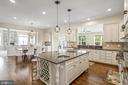 Granite countertops, built-in wine rack - 20585 STONE FOX CT, LEESBURG