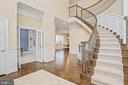 Elegant staircase with upgraded rod iron balusters - 20585 STONE FOX CT, LEESBURG