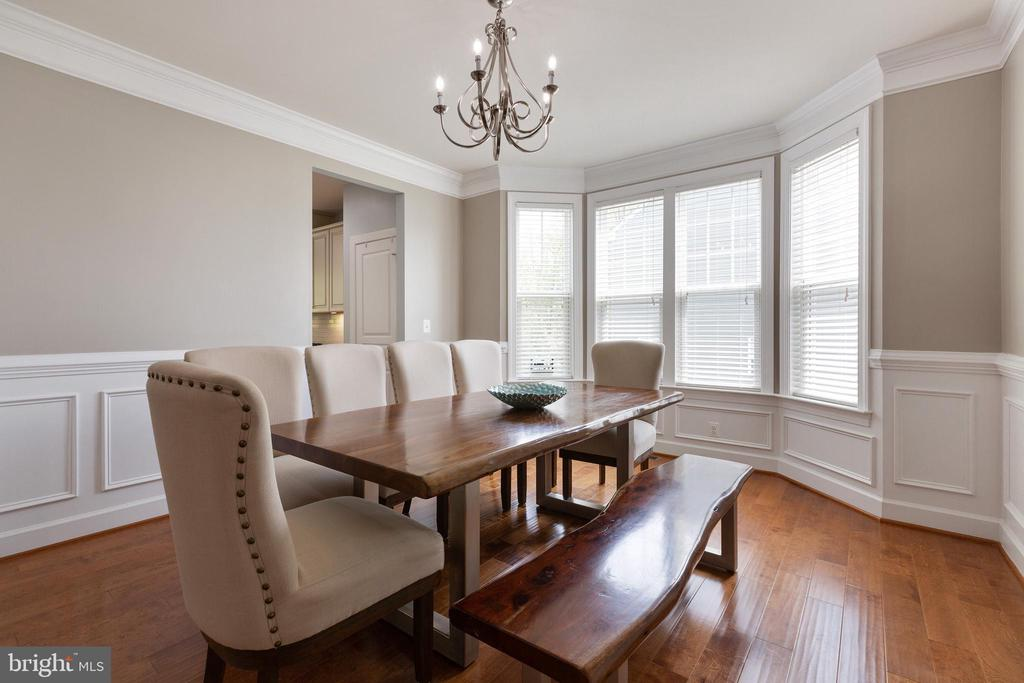Custom crown and picture frame molding - 15080 ADDISON LN, WOODBRIDGE