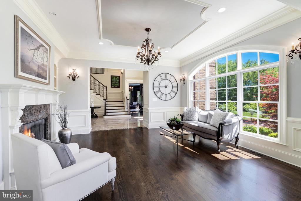 Living Room - Rich Hardwood Flooring - 957 MACKALL FARMS LN, MCLEAN