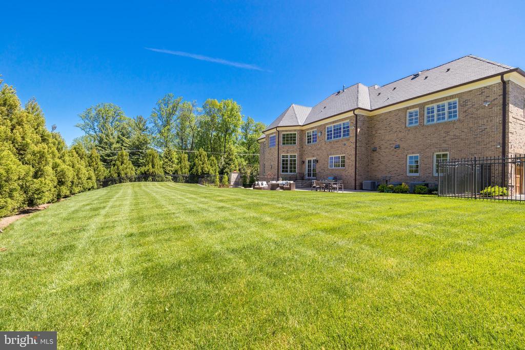 Exterior Rear - Expansive Green Lawns - 957 MACKALL FARMS LN, MCLEAN