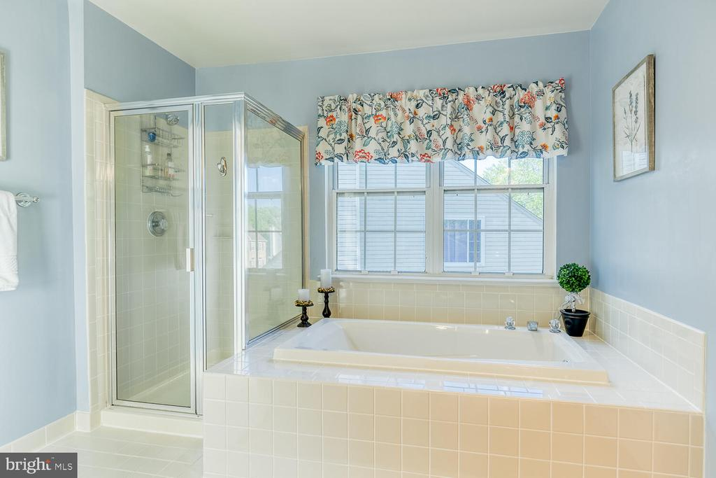Large garden tub & separate shower - 43 CHRISTOPHER WAY, STAFFORD