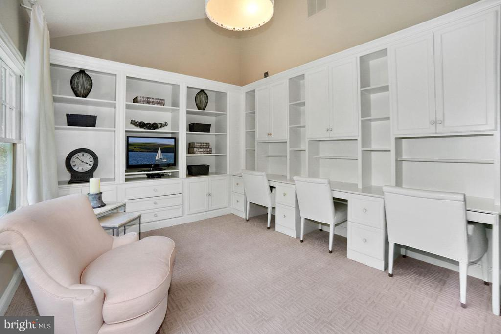 Study with custom built-ins - 7301 DULANY DR, MCLEAN