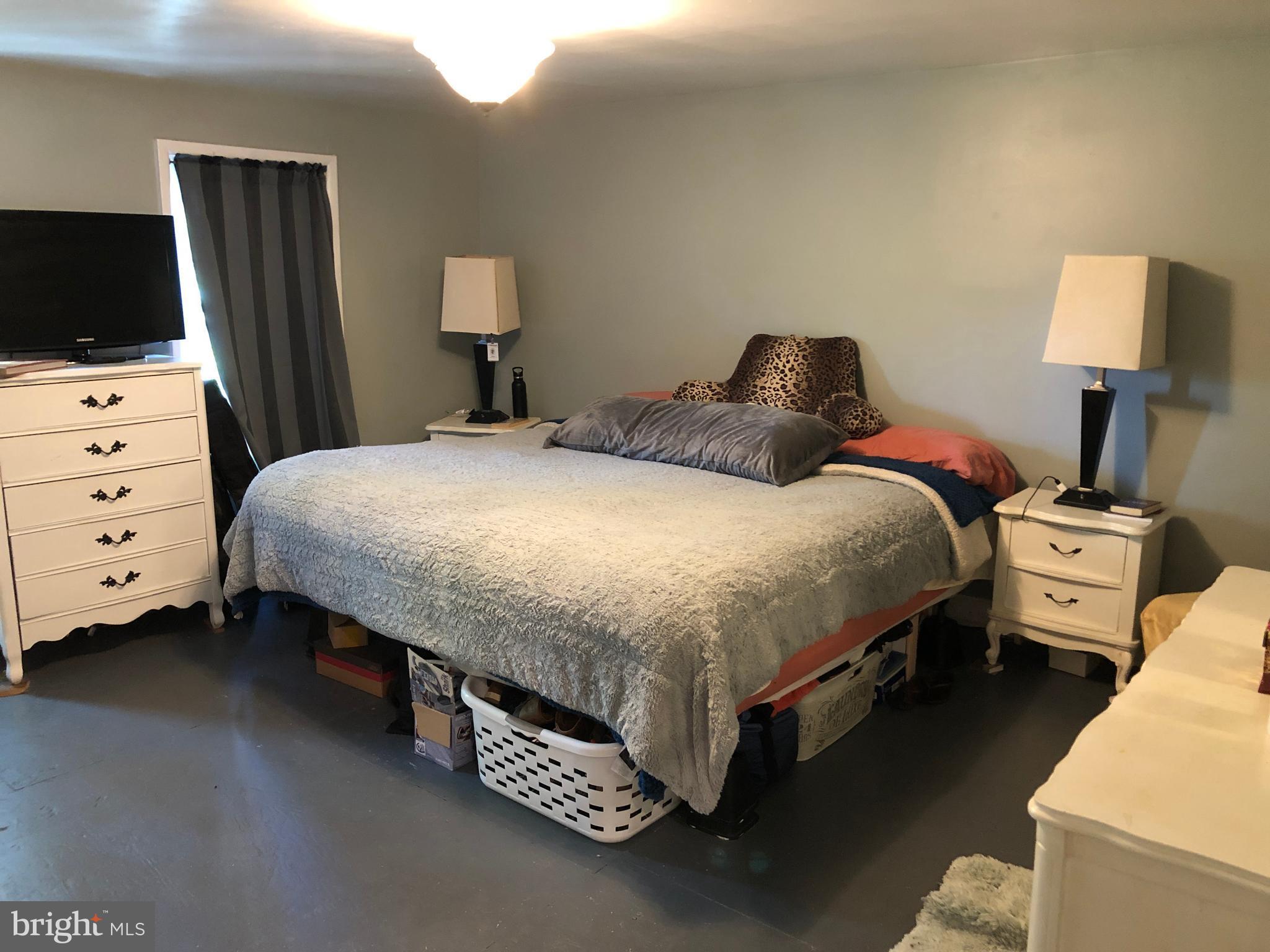 1rst bedroom, roomy...