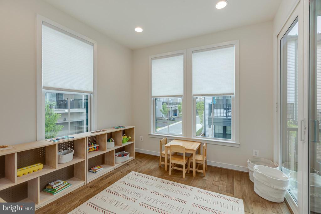 Man level office / playroom - 42280 IMPERVIOUS TER, BRAMBLETON