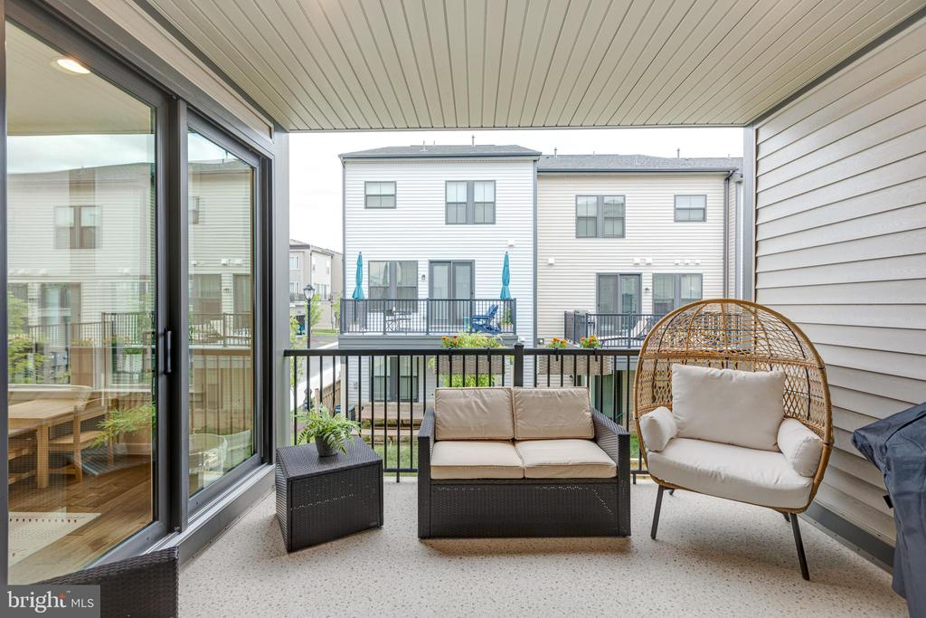 Covered porch - 42280 IMPERVIOUS TER, BRAMBLETON