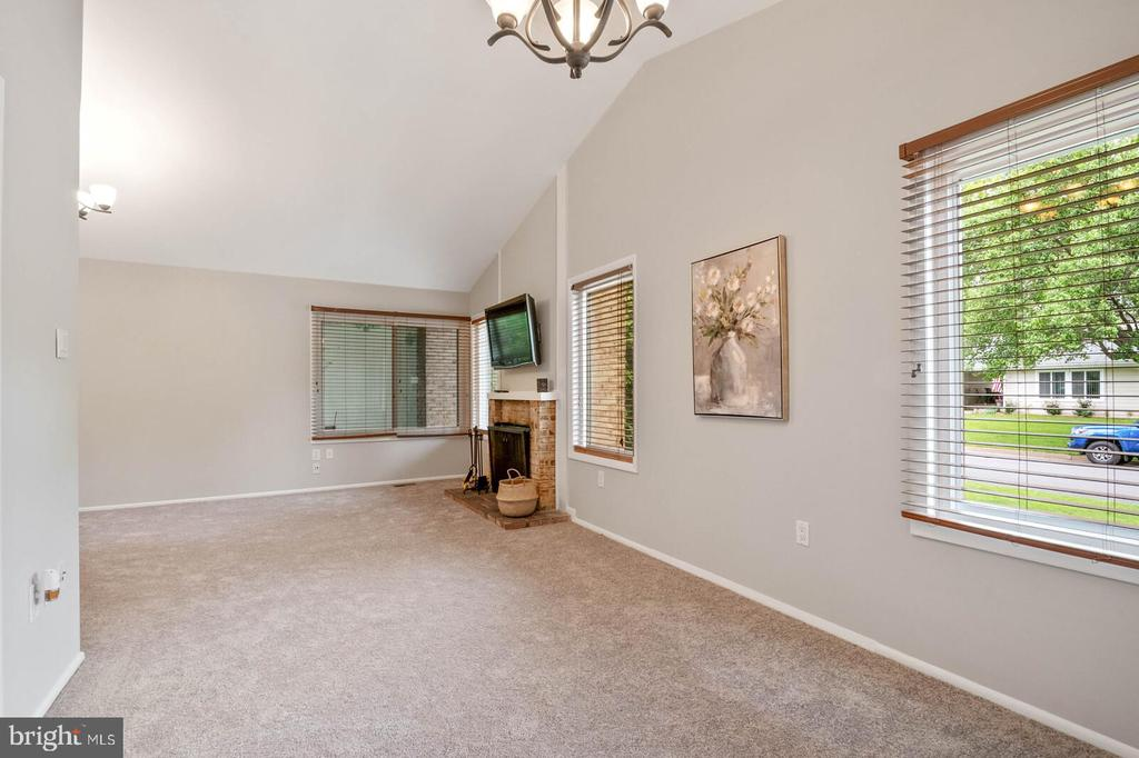 Dining Room/Living Room with Vaulted Ceilings - 25 RUNNING BROOK LN, STERLING