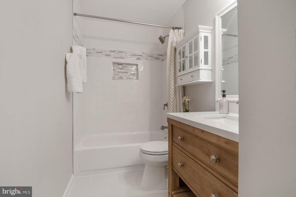 Guest Bathroom - 25 RUNNING BROOK LN, STERLING