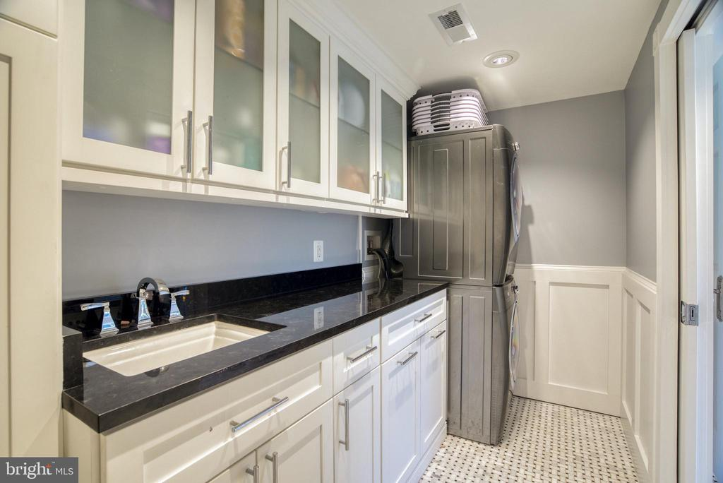 Laundry room w/storage. Electrolux washer/dryer. - 7500 CLIFTON RD, CLIFTON