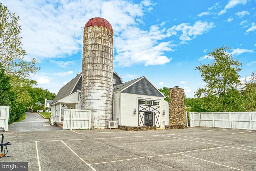 Access to barn Office. Fully fenced courts/lot - 7500 CLIFTON RD, CLIFTON