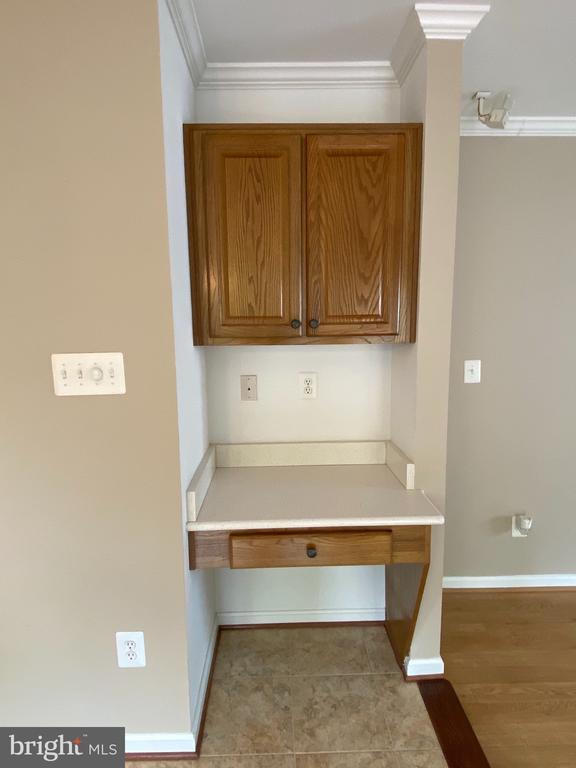 Small workspace nook adjoining kitchen - 21606 GOODWIN CT, BROADLANDS