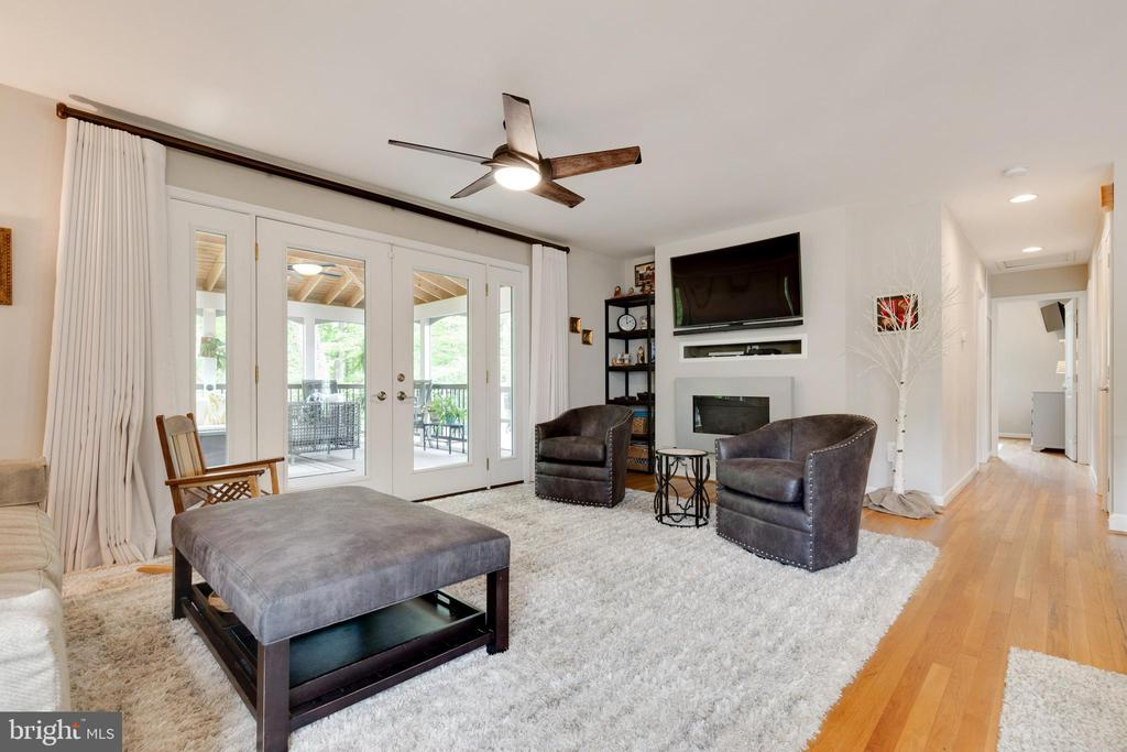 Living Room with 9' Door to Screened Porch - 5068 COLERIDGE DR, FAIRFAX