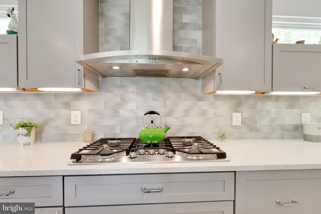 5 Burner Cooktop with Range Hood - 5068 COLERIDGE DR, FAIRFAX