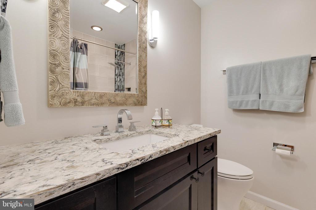 Hall Bath with Granite - 5068 COLERIDGE DR, FAIRFAX