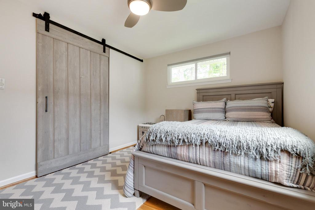 2nd Bedroom with Barn Doors - 5068 COLERIDGE DR, FAIRFAX