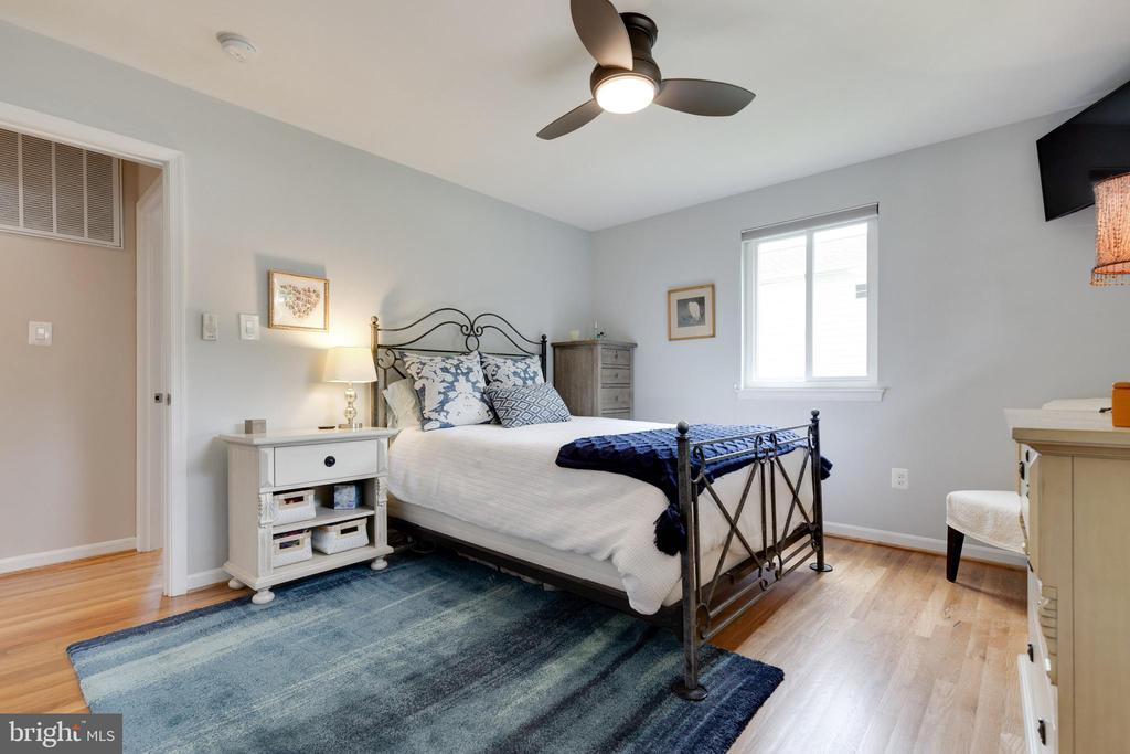 Master Bedroom - 5068 COLERIDGE DR, FAIRFAX