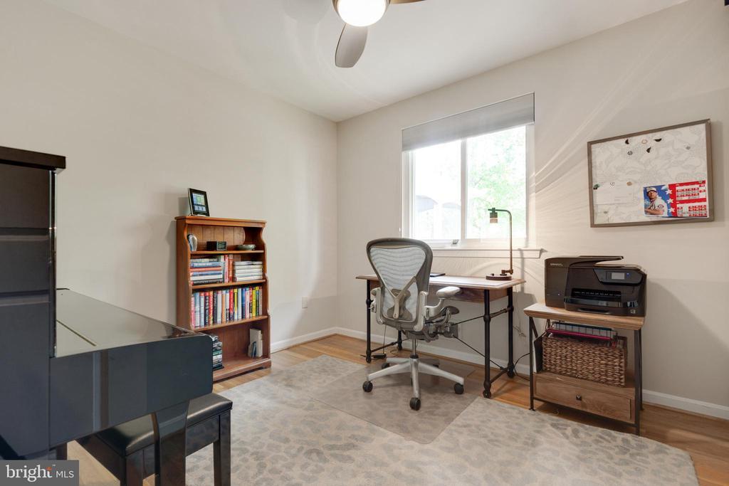3rd Bedroom with Barn Doors - 5068 COLERIDGE DR, FAIRFAX