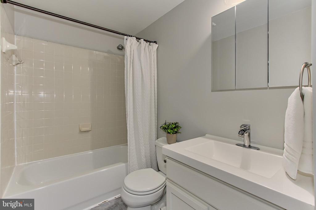 Upstairs Full Bath - 44043 CHOPTANK TER, ASHBURN