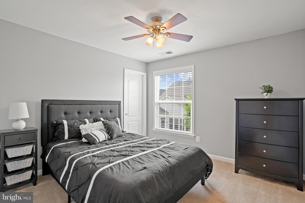 Another spacious bedroom with a walk-in closet! - 41959 ZIRCON DR, ALDIE