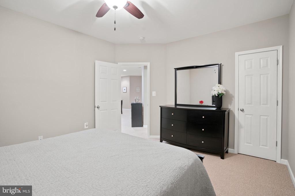 Another walk-in closet...so much storage space! - 41959 ZIRCON DR, ALDIE